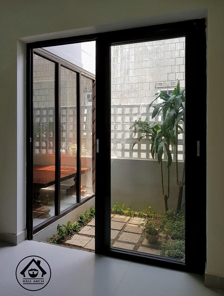 ผนังกระจกเชื่อมคอร์ทในบ้าน