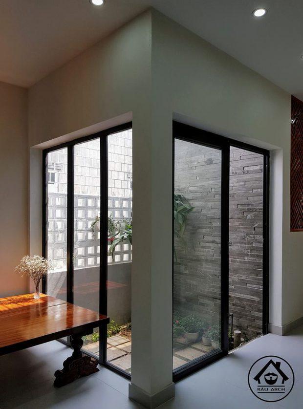 ผนังกระจกเชื่อมต่อสวนในบ้าน