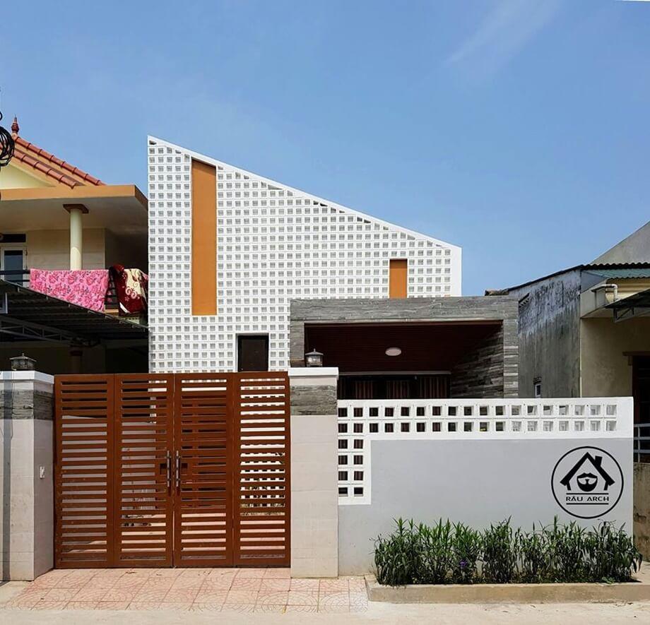 บ้านฟาซาดช่องลมสีขาว