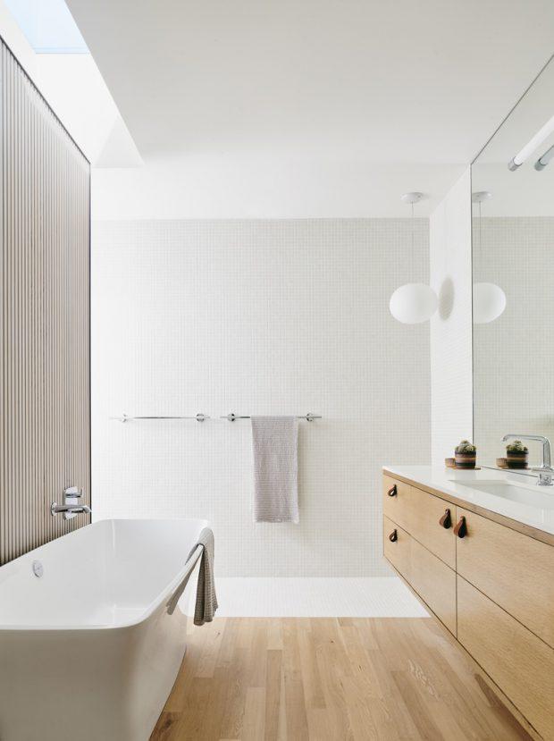 ห้องน้ำสีขาวตกแต่งไม้