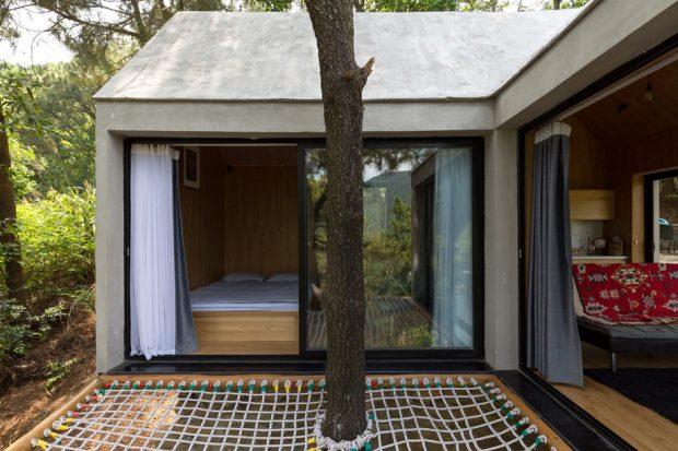 ห้องนอนผนังกระจกกลางป่า