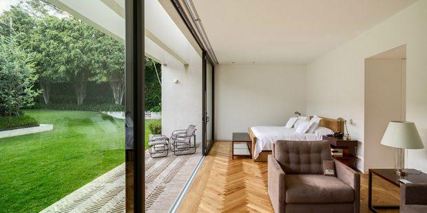 ห้องนอนเปิดเชื่อมต่อสนามหญ้า
