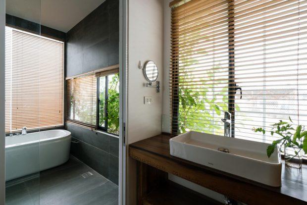 ช่องแสงขนาดใหญ่ในห้องน้ำ