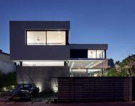 บ้านสีขาวตัดดำผนังกระจก