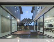 ผนังกระจกมองเห็น courtyard ในบ้าน