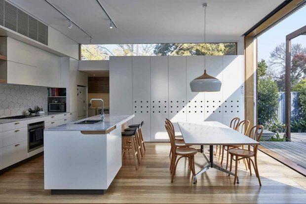 ห้องครัวโทนสีขาวตกแต่งไม้