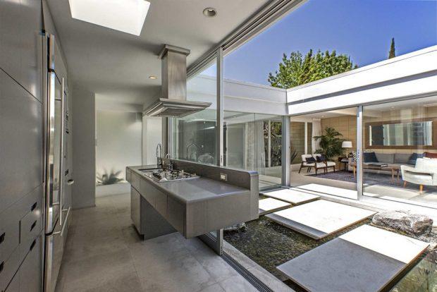 ห้องครัวเปิดผนังสู่สวนน้ำ