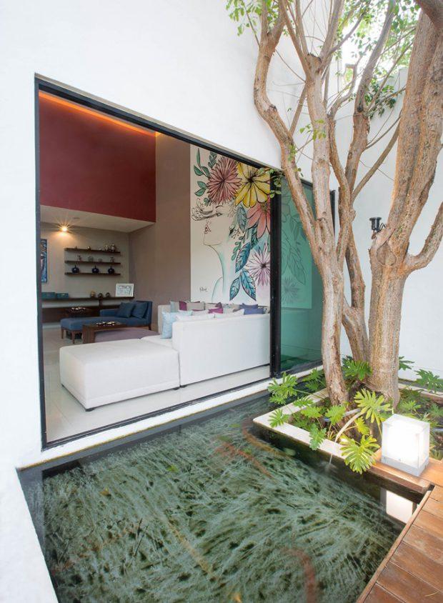 ห้องนั่งเล่นติดกับสวนน้ำ