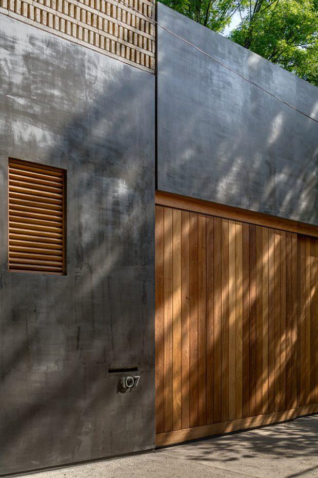 ประตูไม้ตัดกับผนังคอนกรีต