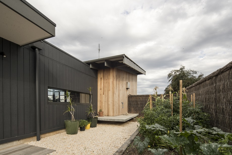 ผนังบ้านสีดำกับไม้ธรรมชาติ