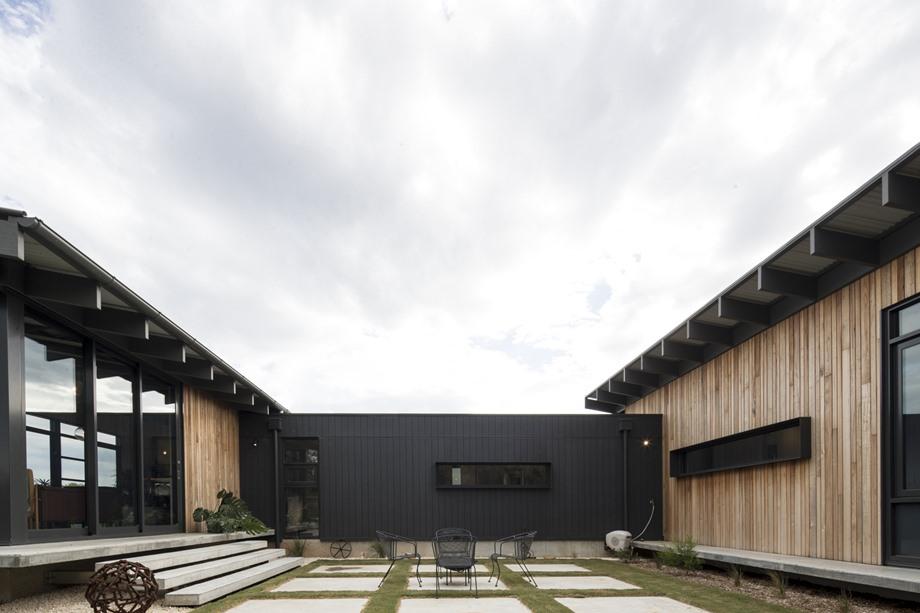 บ้านไม้สีธรรมชาติตัดสีดำ