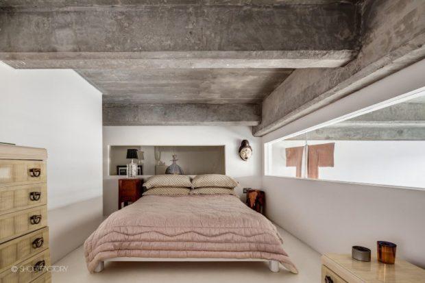 ห้องนอนเพดานปูนเปลือยดิบ ๆ