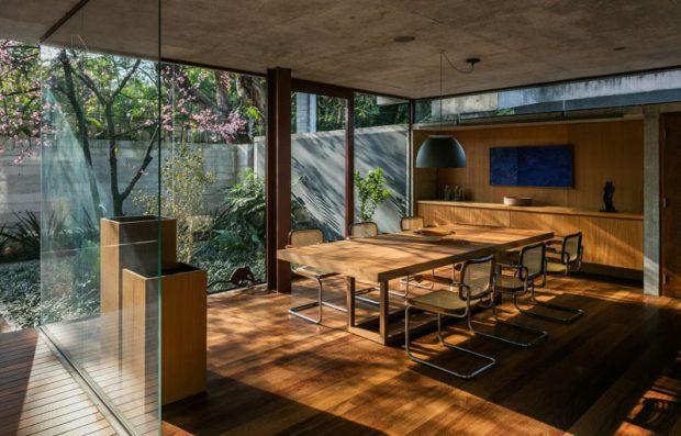 บ้านผนังกระจกตกแต่งไม้