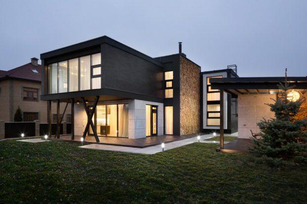 บ้านคอนกรีตสีดำยกพื้นสูง