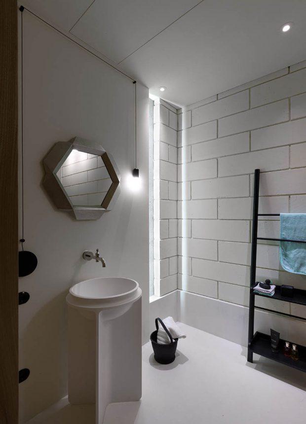 ห้องน้ำโทนสีขาวดิบ ๆ