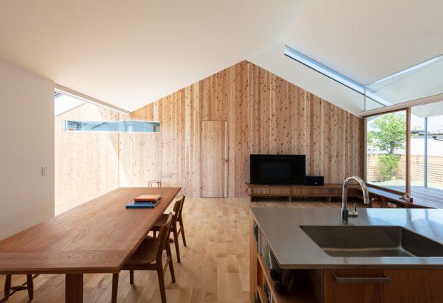 บ้านตกแต่งไม้โปร่งสว่าง