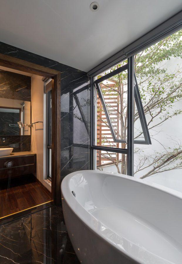 ห้องน้ำผนังกระจกมองเห็นวิวสวน