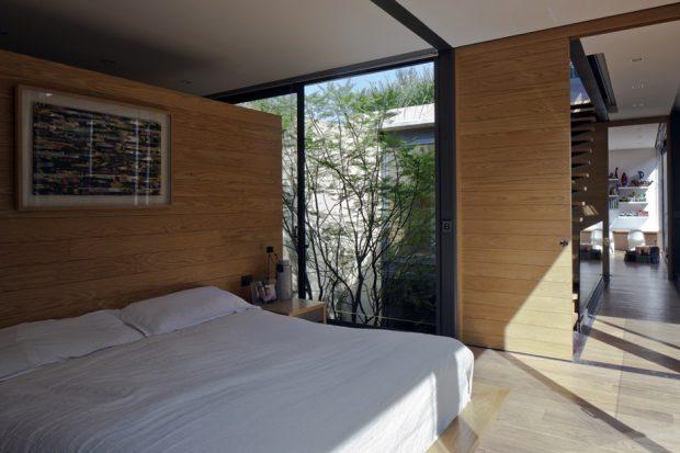 ห้องนอนผนังกระจกมองเห็นสวน