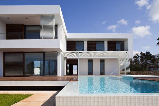 บ้านโมเดิร์นรูปตัวแอลสีขาว