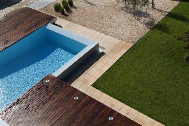สระว่ายน้ำและสนามหญ้า