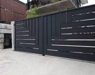 ประตูเหล็กสีดำ