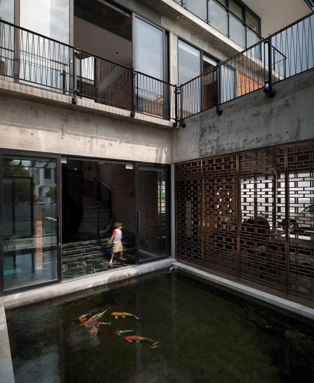 บ้าน Tropical-Modern มีบ่อปลาใหญ่