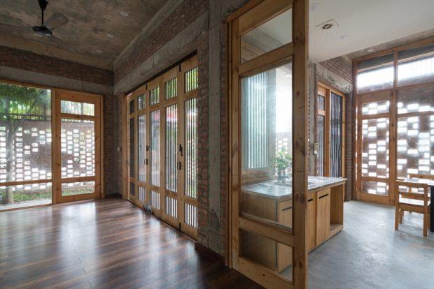 ผนังกระจกเชื่อมต่อพื้นที่บ้าน
