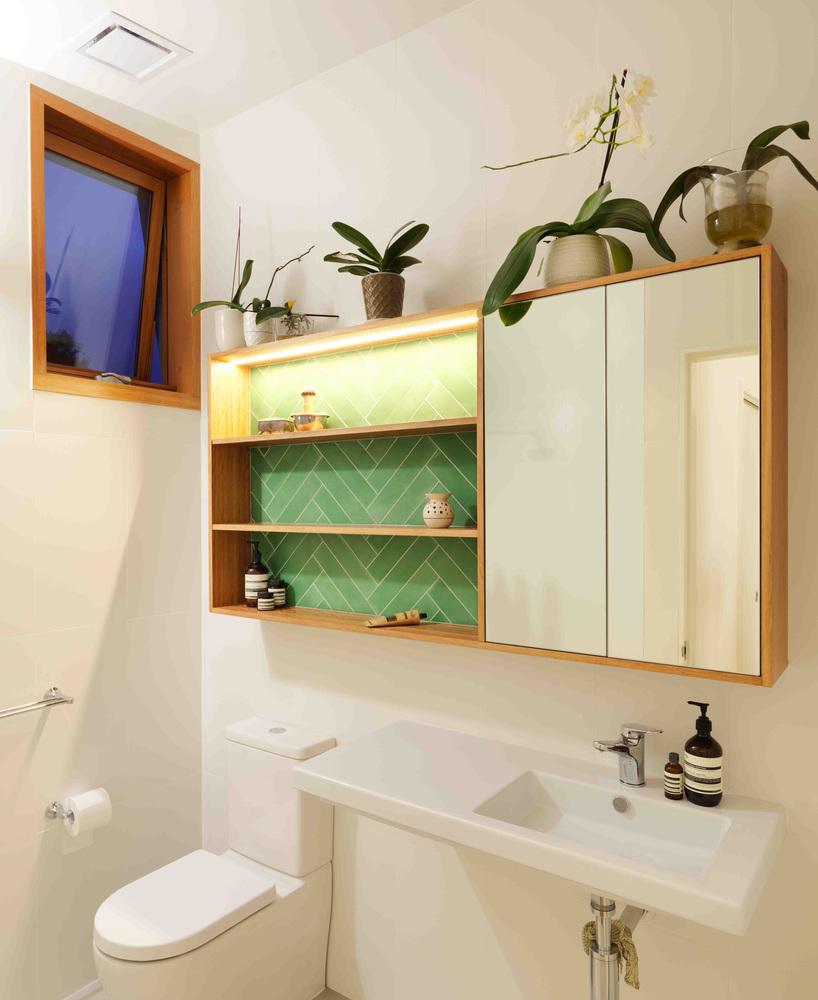 ห้องน้ำสีขาวกระเบื้องเขียว