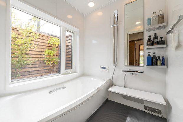 ห้องน้ำมีหน้าต่างกว้าง