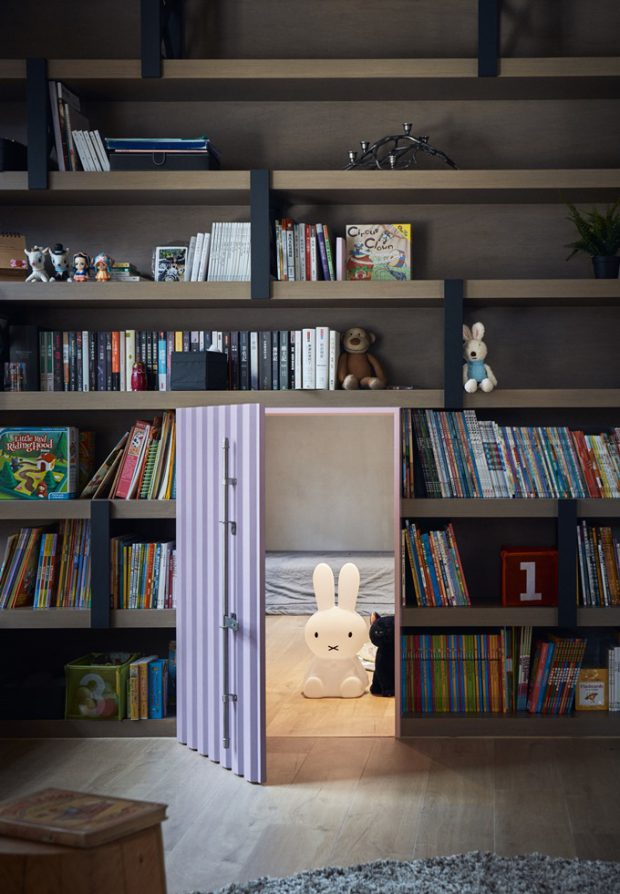 ประตูลับที่ชั้นหนังสือ