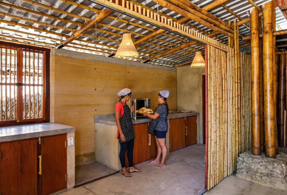 ห้องครัวคอนกรีตและไม้ไผ่