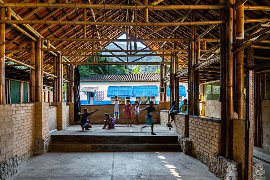อาคารผนังอิฐและโครงสร้างไม้ไผ่