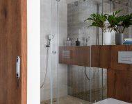 ห้องน้ำตกแต่งด้วยไม้และกระจก