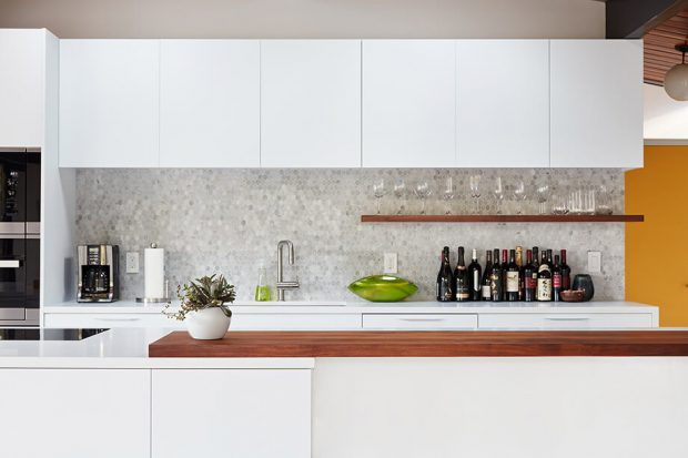 ตู้ลอยสีขาวในห้องครัว