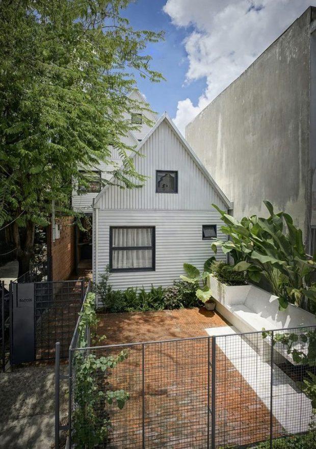 บ้านชนบทโมเดิร์นหน้าจั่วสีขาว