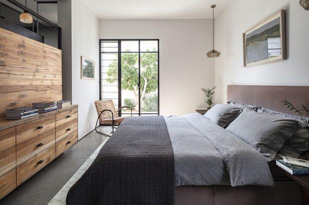 ห้องนอนตกแต่งไม้และกระจก