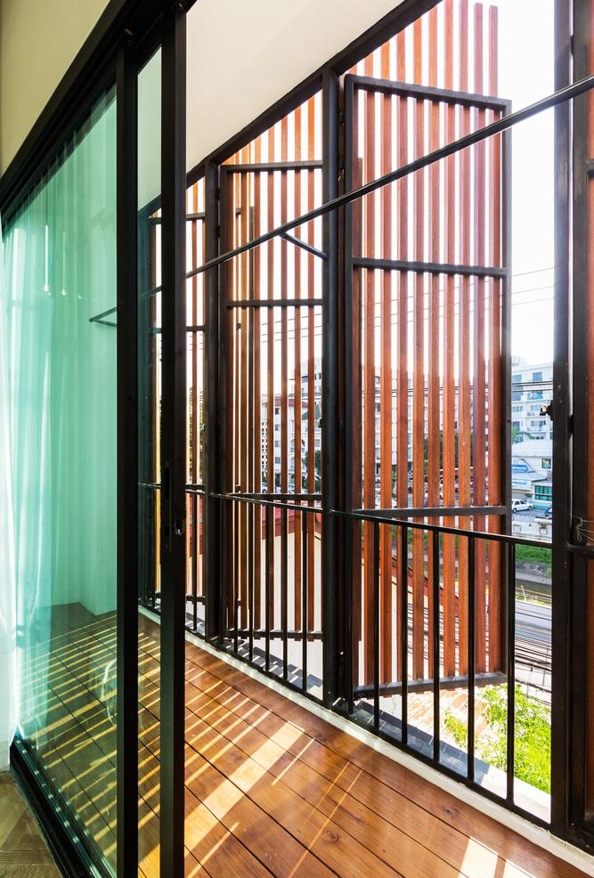หน้าต่างไม้ระแนงกรอบเหล็ก