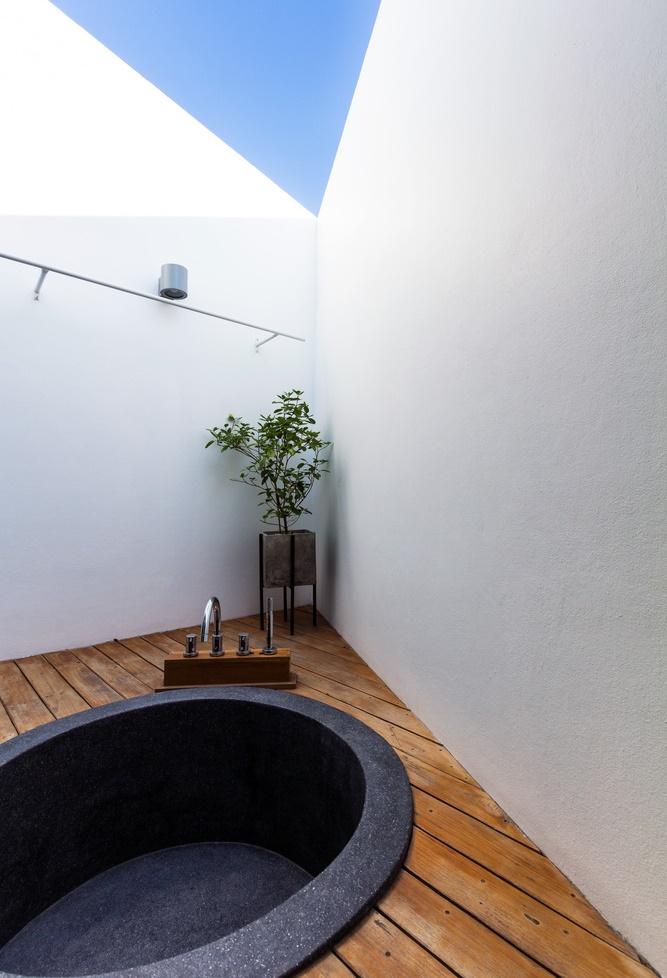 อ่างอาบน้ำ open air บนชั้นดาดฟ้า