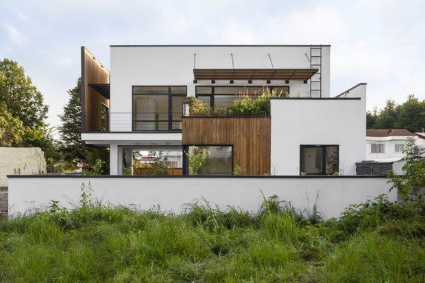 บ้านโมเดิร์นตกแต่งไม้และกระจก