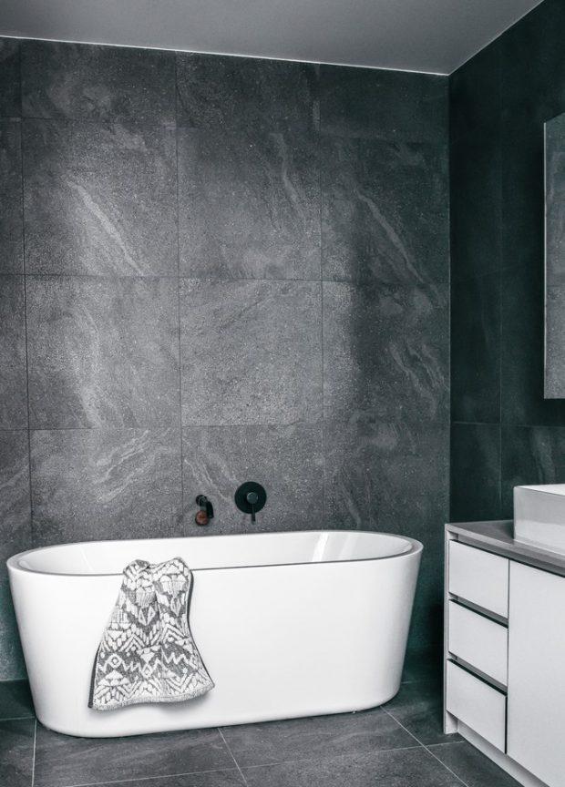 ห้องน้ำผนังคอนกรีตสีเทา