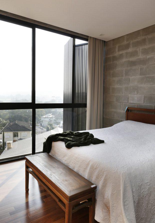 ห้องนอนผนังกระจกและอิฐบล็อก