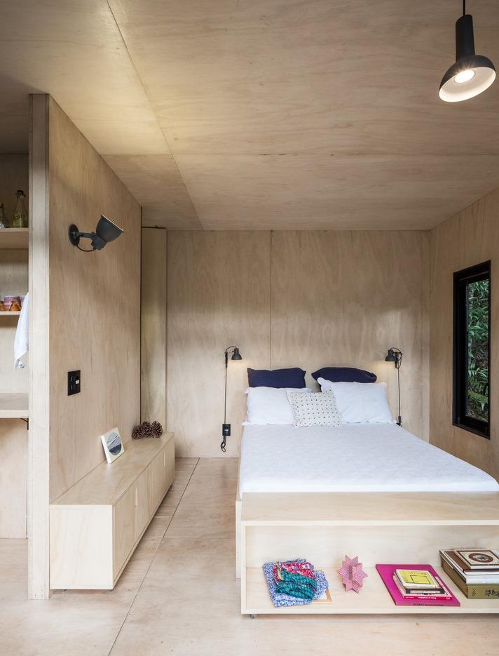 ห้องนอนกรุผนังด้วยไม้อัด