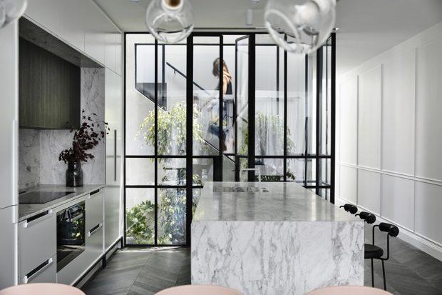 ครัวผนังกระจกเชื่อมต่อคอร์ทยาร์ดในบ้าน