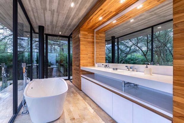 ห้องน้ำผนังกระจกตกแต่งไม้