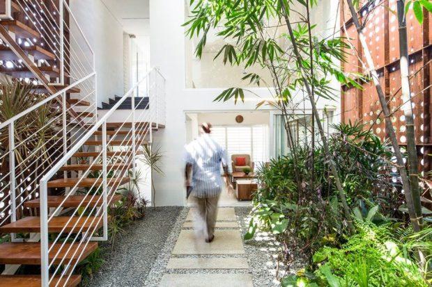 ทางเดินในสวนก่อนเข้าบ้าน
