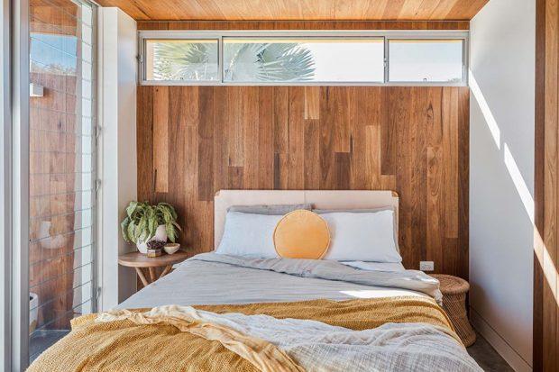ห้องนอนโทนสีเหลืองตกแต่งไม้