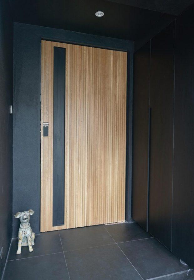 ประตูบานไม้ตัดกับสีดำ