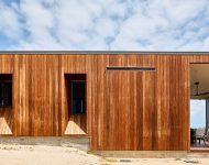 บ้านทรงกล่องผนังไม้