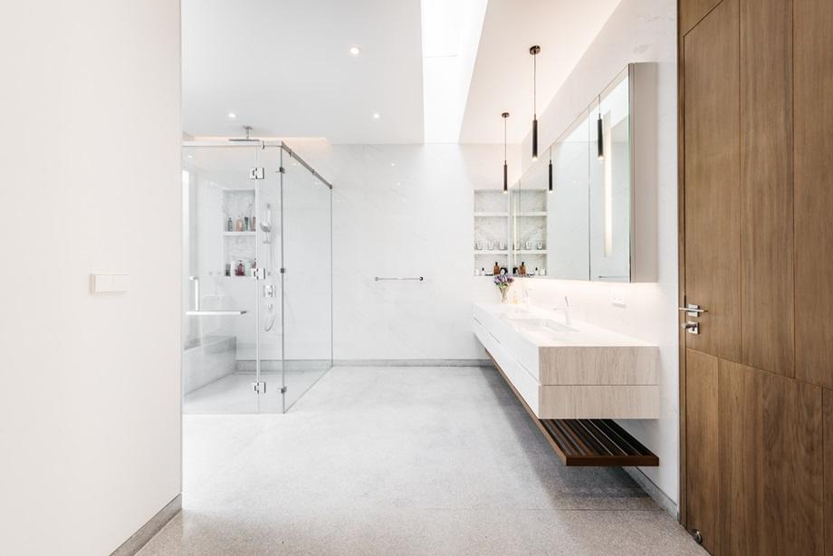 ห้องน้ำสีขาวโปร่งสว่าง