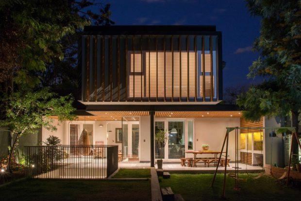 บ้านโปร่งๆ แสงสวยงามยามค่ำ